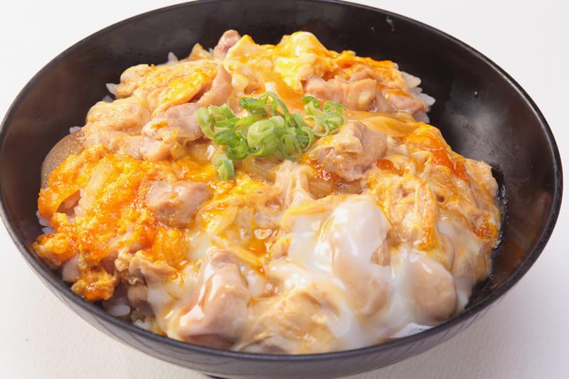 親子丼(みそ汁、サラダ付) ¥680(税込¥740)